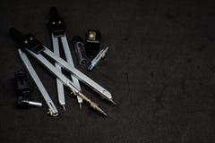 套指南针、铅笔和磨削器黑backgrounภ 库存照片