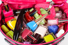 套指甲油,染睫毛油,在一个桃红色钱包 库存图片