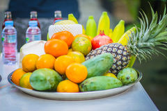 套新鲜的热带水果包括香蕉,桔子,菠萝 图库摄影