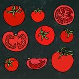套新鲜的红色蕃茄 一半蕃茄,切片蕃茄,西红柿 隔绝在黑黑板背景 图库摄影