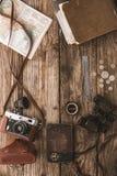 套旅行的事在木背景顶视图 免版税库存照片