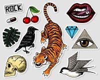 套时尚补丁 女孩的纹身花刺艺术品 老虎和嘴唇、头骨和眼睛在三角 刻记手拉  向量例证