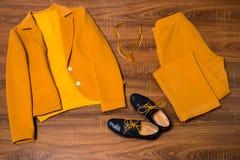 套时髦的女性衣裳和辅助部件 图库摄影