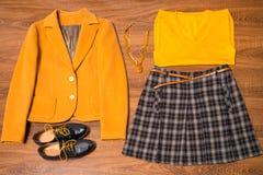 套时髦的女性衣裳和辅助部件 免版税库存图片