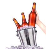 套有冷淡的下落的啤酒瓶在冰 库存照片