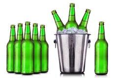 套有冷淡的下落的啤酒瓶在冰 免版税库存照片