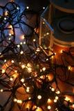 套有圣诞灯和棒棒糖的白色灯笼在木地板上 库存图片