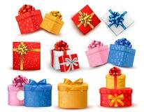 套有弓和丝带的五颜六色的礼物盒。  向量例证