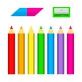 套有磨削器和橡皮擦的色的铅笔在平的样式 免版税库存图片