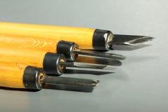 套有黄色木把柄的木刻刀 免版税图库摄影