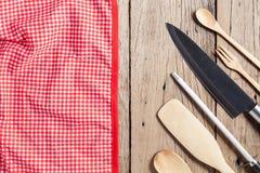 套木匙子、叉子、刀子和红色餐巾在老木tabl 免版税库存图片