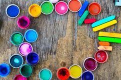 套树胶水彩画颜料油漆和水彩画的,艺术性的工具在老木背景 库存图片