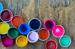 套树胶水彩画颜料油漆和水彩画的,艺术性的工具在老木背景 免版税库存照片