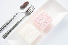 套桃红色和白色lamington海绵蛋糕 免版税库存图片