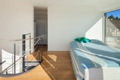 套楼公寓的内部,明亮的卧室, 库存图片
