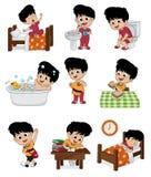 套每日逗人喜爱的男孩 男孩醒,刷牙,孩子小便,采取 库存图片
