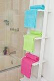套毛巾在卫生间里 免版税库存图片