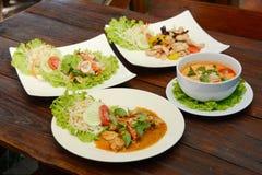 套泰国食物和亚洲食物在木桌上 库存照片