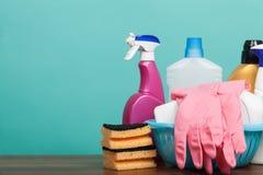套清洁和洗涤物设备在木桌上 与供应的清洁概念 免版税图库摄影