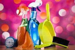 套清洁产品,家工作五颜六色的题材 免版税库存照片