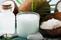 套温泉、化妆用品或者食品成分的有机椰子产品装饰了棕榈叶 自然油、水和削片 免版税库存照片