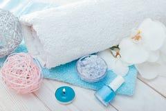 套温泉和护肤精华 毛巾、盐、蜡烛、指甲油和兰花准备好治疗 免版税图库摄影