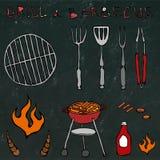 套烤肉工具:BBQ叉子,钳子,格栅用肉,火,番茄酱,公牛角 在一个黑黑板上 库存照片