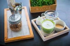 套热的matcha绿色奶茶泡沫 免版税库存照片
