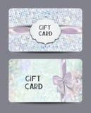 套珍珠与花卉设计元素和丝绸弓的礼券 免版税库存照片