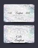 套珍珠与花卉设计元素的礼券 免版税库存照片