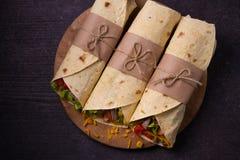 套用牛肉、蕃茄、莴苣、黄瓜、乳酪和甜玉米在切板 库存照片
