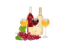 套白色和玫瑰酒红色瓶、glas和乳酪,红色和白葡萄。隔绝在白色背景 免版税库存照片