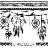 套种族羽毛 在当地样式的种族无缝的样式 与羽毛的与垂饰的边界和条纹 库存图片