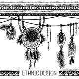 套种族羽毛 在当地样式的种族无缝的样式 与羽毛的与垂饰的边界和条纹 库存照片