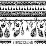 套种族羽毛 在当地样式的种族无缝的样式 与羽毛的与垂饰的边界和条纹 免版税库存照片