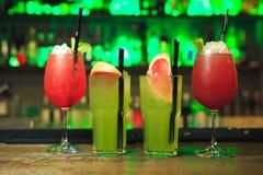 套红色和绿色鸡尾酒 免版税库存照片