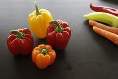 套红色橙黄绿色甜椒和红萝卜 库存图片