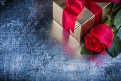 套红色玫瑰在被抓的金属背景的礼物箱子 免版税库存图片