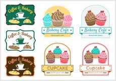套美好的杯形蛋糕面包店徽章标签传染媒介 免版税图库摄影