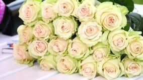 套花束白色玫瑰 库存图片