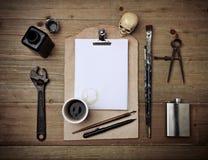 套葡萄酒元素和皮革剪贴板有白页的 免版税图库摄影