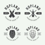套葡萄酒啤酒和客栈商标,标签和象征与瓶、蛇麻草和麦子 库存照片