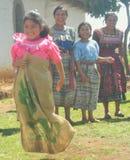 套袋跑的中美洲女孩 免版税库存图片
