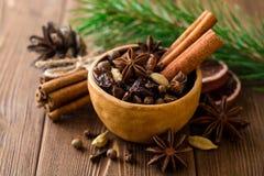 套被仔细考虑的酒的香料在木桌上的陶瓷碗 免版税图库摄影