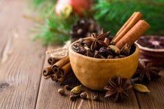 套被仔细考虑的酒的香料在木桌上的陶瓷碗 库存照片
