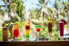 套被冰的鸡尾酒:分层堆积,桔子,蓝色和红色,巧克力鸡尾酒 库存图片