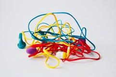 套被缠结的五颜六色的耳机 库存照片