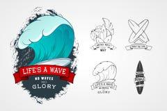套设计商标的传染媒介样式在水题材,冲浪,海洋,海,棕榈,丝带,波浪, surfbord 免版税库存照片