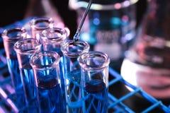 套试管用蓝色化学制品填装了在被设定的黑暗的实验室-系列2 图库摄影