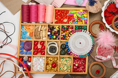 套辅助部件和首饰对刺绣,缝合的辅助部件顶视图,裁缝工作场所,许多为针线, embro反对 库存照片